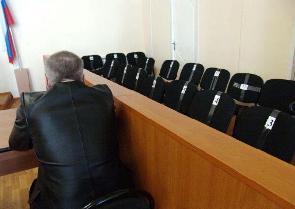 Присяжные заседатели, рассматривавшие в Новгородском облсуде дело новгородки Антонины Федоровой (Мартыновой), которая обвиняется в покушении на двухлетнюю дочь Алису, получили письма от имени мужа подсудимой Кирилла Мартынова