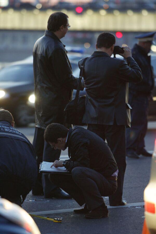 Сотрудники правоохранительных органов работают на месте происшествия
