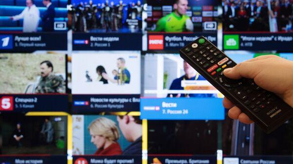 Экран телевизора с изображением телевизионных каналов в цифровом формате