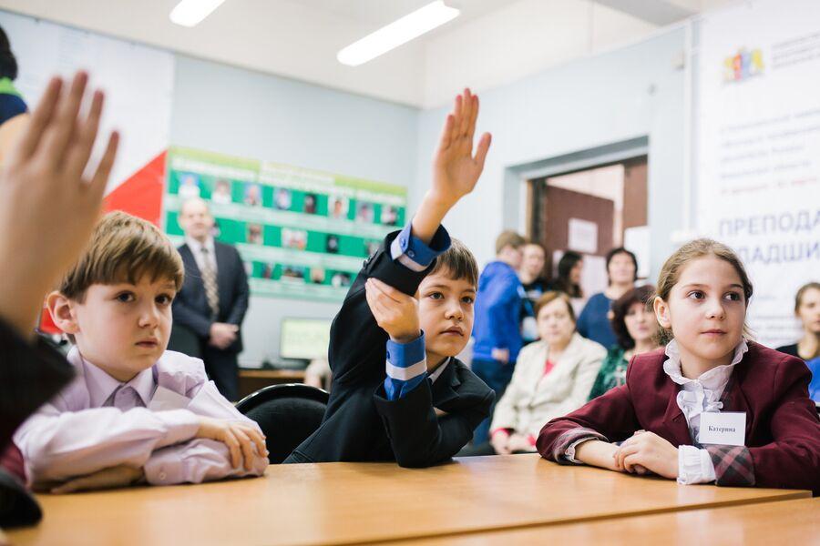 Волонтеры проекта преподают детям русский язык, литературу, географию, математику, английский язык, экологию, кубановедение и обществознание