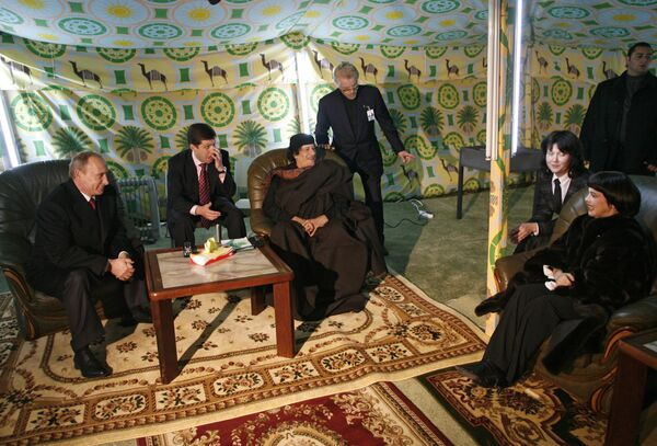 Владимир Путин, Муамар Каддафи, Мирей Матье в бедуинской палатке