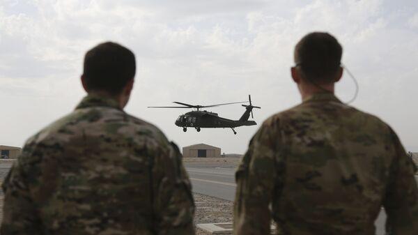 Американский вертолет UH-60 Black Hawk во время взлета с авиабазы в Кандагаре