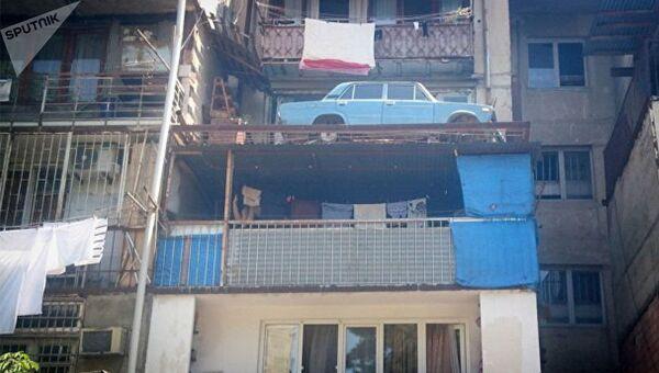 ВАЗ-2106, припаркованный на балконе в спальном районе Дигомского массива Тбилиси. Архивное фото