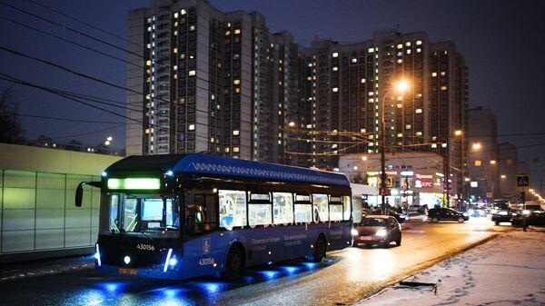 Электробус, следующий по маршруту № 73 в Москве