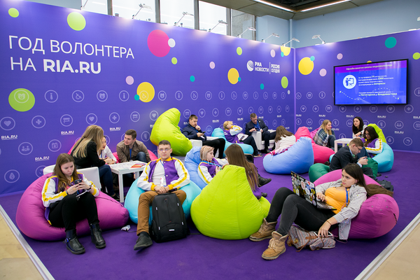 Стенд проекта Год волонтера МИА Россия сегодня привлек большое количество людей