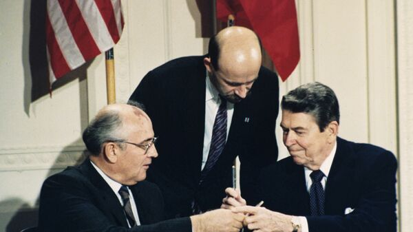 Генеральный секретарь ЦК КПСС М. С. Горбачёв и президент США Р. Рейган подписывают Договор РСМД в Белом доме, 1987 год