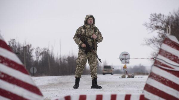 Украинский пограничник на границе с Россией. Архивное фото