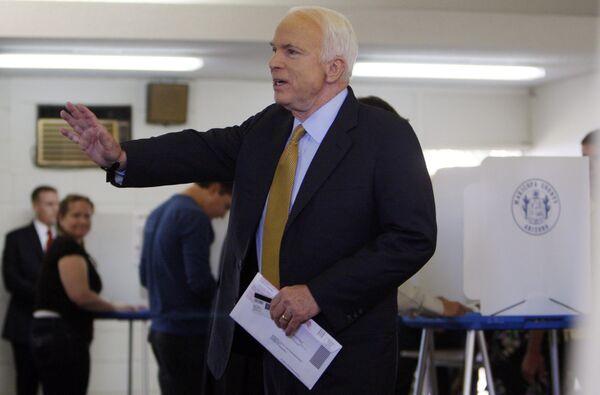 Джон Маккейн голосует в Финиксе
