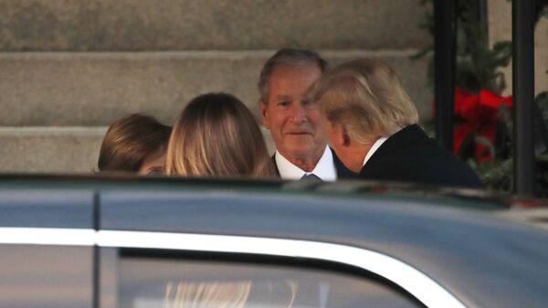 Президент США Дональд Трамп, первая леди Меланья Трамп и Джордж Буш — младший у резиденции Блэр-Хаус в Вашингтоне. 4 декабря 2018