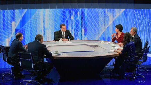 Дмитрий Медведев во время интервью журналистам пяти российских телеканалов по итогам работы правительства РФ в текущем году. 6 декабря 2018