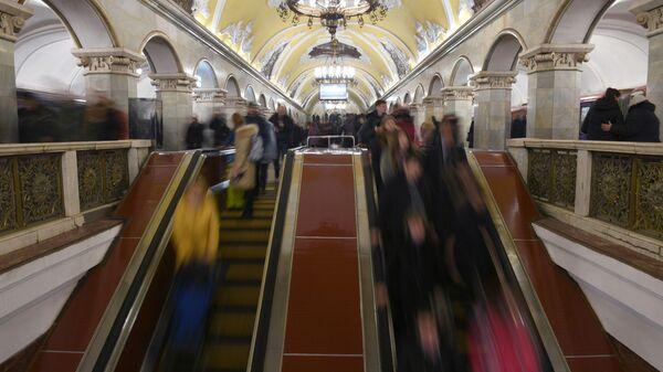 Пассажиры на эскалаторе на станции Комсомольская московского метро