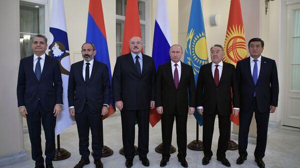 Президент РФ Владимир Путин во время совместного фотографирования глав делегаций государств-членов Высшего Евразийского экономического совета в Санкт-Петербурге