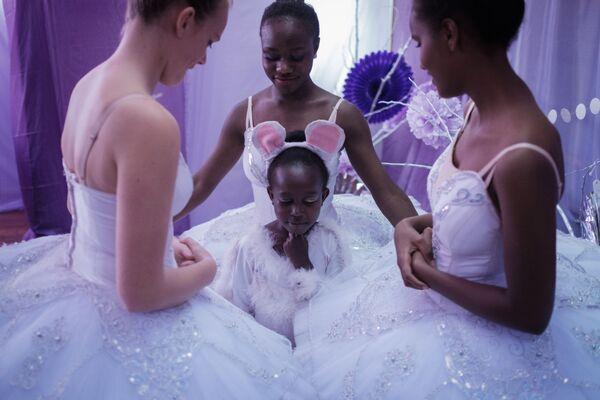 Танцоры из Dance Centre Kenya перед началом балета Щелкунчик