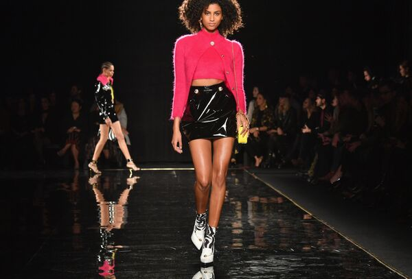 Модель на показе Versace Pre-Fall 2019 в Нью-Йорке