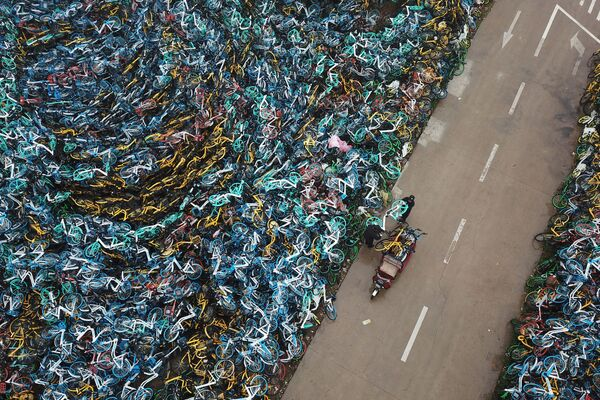 Сваленные в кучу прокатные велосипеды в Хэфэе, Китай