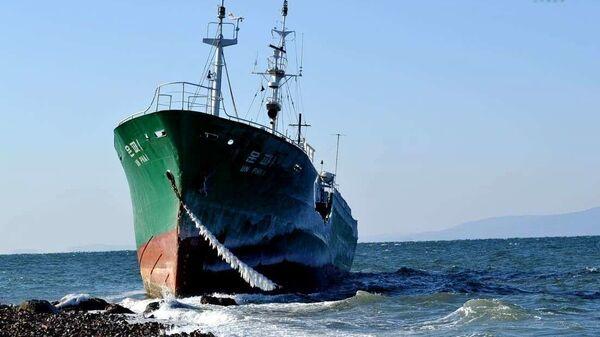 Северокорейское судно выбросило на берег в районе мыса Кунгасный во Владивостоке