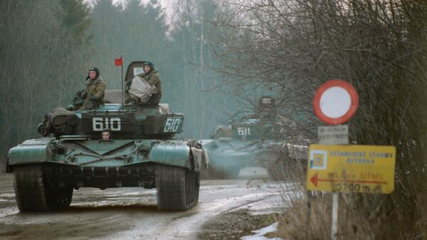 Танковая колонна, выполняя соглашение о выводе советских войск из Чехословакии, следует на железнодорожную станцию Домашов, чтобы покинуть страну