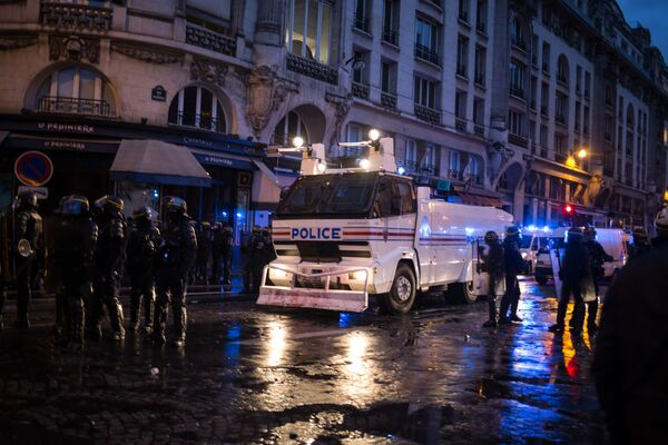 Сотрудники правоохранительных органов во время акции протеста участников движения автомобилистов желтые жилеты в районе Триумфальной арки в Париже