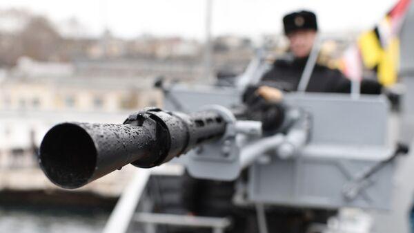 Дуло крупнокалиберного 14,5-мм пулемета на новейшем малом ракетном корабле проекта 21631 ВМФ России Орехово-Зуево