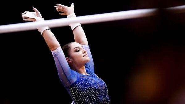 Алия Мустафина после выполнения упражнений на брусьях в финале командного многоборья среди женщин на чемпионате мира по спортивной гимнастике в Дохе