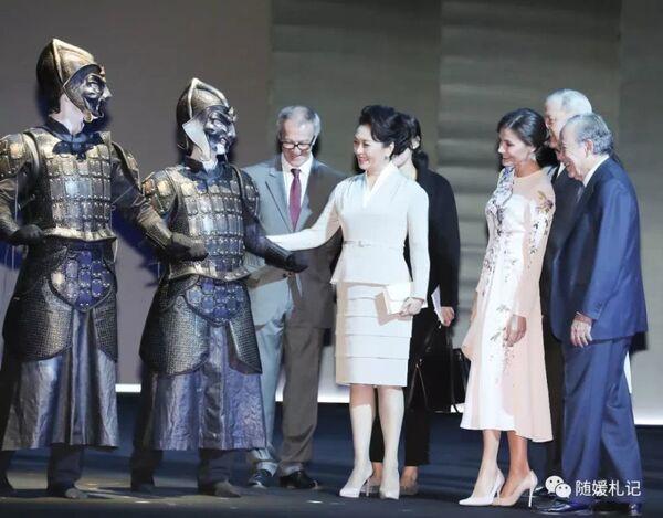 28 ноября утром в сопровождении королевы Испании Летисии Пэн Лиюань посетила Королевский театр в центре Мадрида и побывала на репетиции оперной постановки «Турандот».