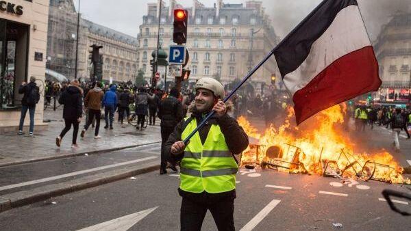 Пятьдесят оттенков желтого. Во Франции лица желтые над городом кружатся