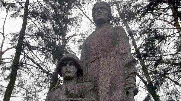 Оскверненный мемориал павшим воинам РККА в Рижском районе Зепниекалнс