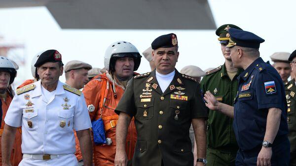 Министр обороны Венесуэлы Владимир Падрино Лопес во время встречи российских стратегических бомбардировщиков Ту-160 в международном аэропорту Майкетия к северу от Каракаса