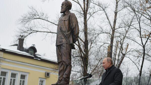 Владимир Путин на церемонии открытия памятника писателю Александру Солженицыну. 11 декабря 2018