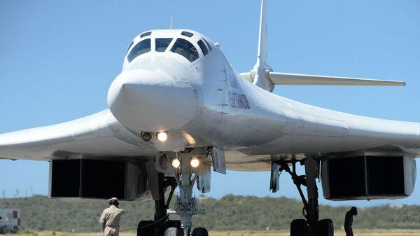 Российский стратегический бомбардировщик Ту-160 после посадки в международном аэропорту Майкетия к северу от Каракаса