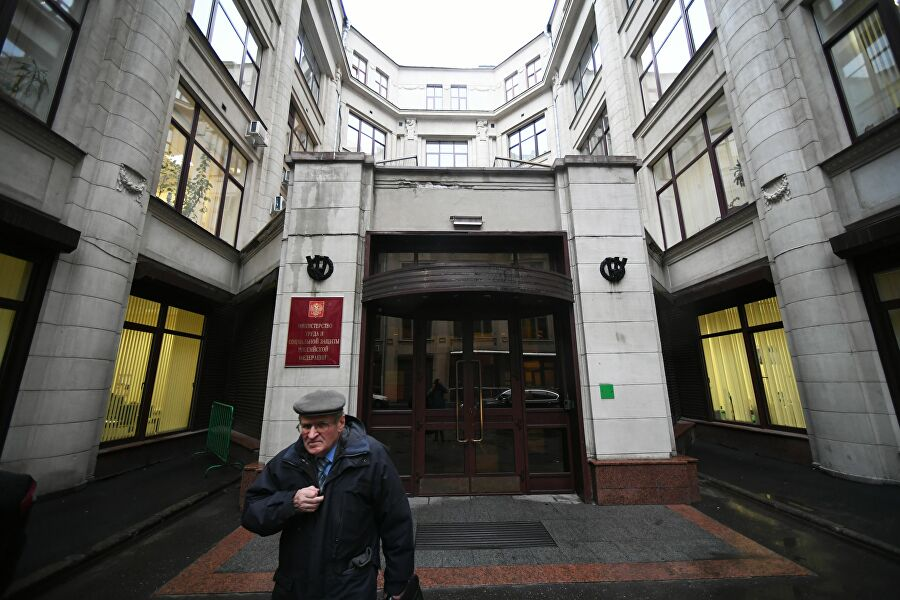 Мужчина выходит из здания Министерства труда и социальной защиты Российской Федерации в Москве. 11 декабря 2018