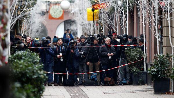 Журналисты на месте стрельбы на Рождественской ярмарке в Страсбурге. 12 декабря 2018