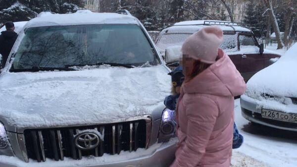 Юлия с ребенком на руках не дает обидчице скрыться с места преступления