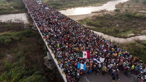 Мигранты из Гондураса, направляющиеся к границе США, на дороге в Южной Мексике. 27 октября 2018