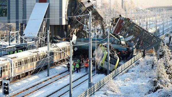 Спасательные службы на месте крушения высокоскоростного поезда в Анкаре, Турция. 13 декабря 2018