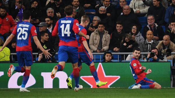 Защитник ЦСКА Георгий Щенников (справа) радуется забитому голу в ворота Реала в Лиге чемпионов