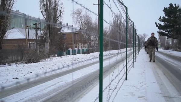 «Даже разговаривать не разрешают»: как живут в поселке, разделенном между Россией и Украиной