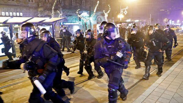 Полицейские во время акции протеста против изменений в трудовом законодательстве Венгрии в Будапеште. 13 декабря 2018