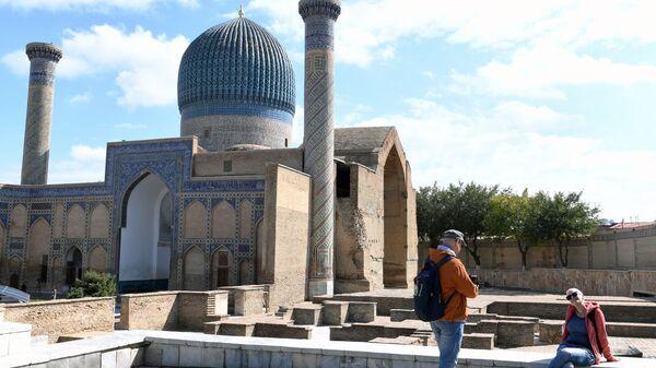 Туристы фотографируются у мавзолея Гур-Эмир в Самарканде, Узбекистан