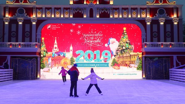 Посетители на фестивале Путешествие в Рождество в Москве. 14 декабря 2019