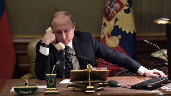 Президент РФ Владимир Путин во время телефонного разговора