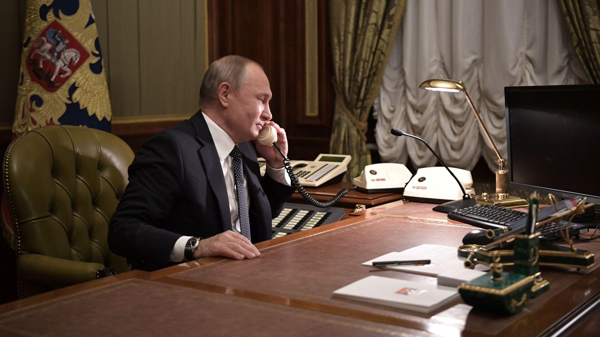 Владимир Путин во время телефонного разговора - РИА Новости, 1920, 21.07.2021