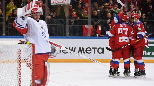 Хоккеисты сборной России (справа) радуются заброшенной шайбе