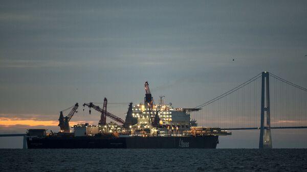 Судно-трубоукладчик Pioneering Spirit у берегов Дании. 12 декабря 2018
