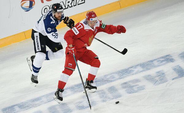 Защитник сборной Финляндии Яни Хаканпяя и форвард сборной России Кирилл Капризов (слева направо)