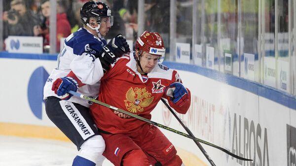 Защитник сборной Финляндии Юусо Хиетанен и форвард сборной России Александр Барабанов (слева направо)