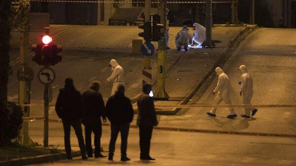 Сотрудники спецслужб на месте взрыва у здания телеканала в Афинах. 17 декабря 2018