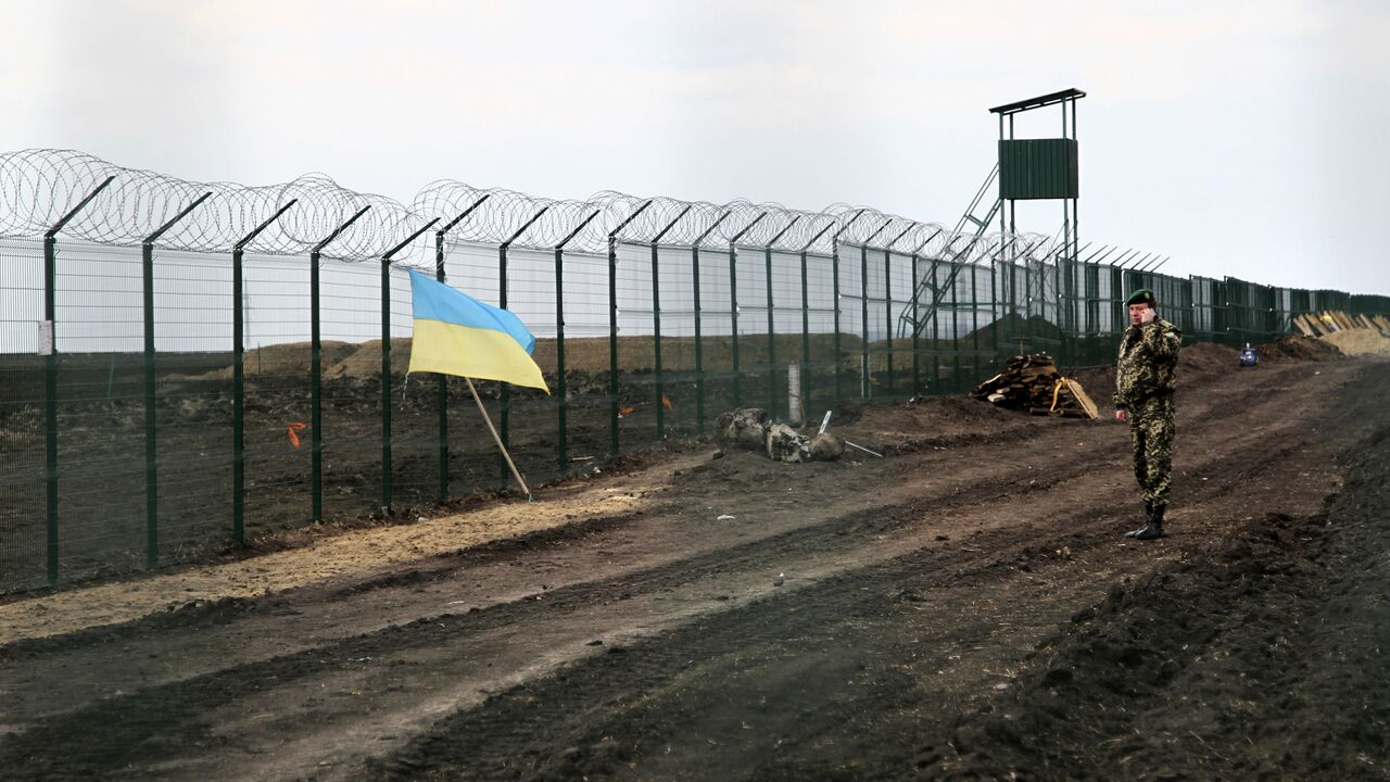Украинские пограничники начали копать рвы на границе с Россией