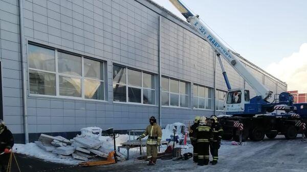 Сотрудники МЧС работают над устранением последствий в производственном здании с обрушившейся кровлей в Дзержинском. 17 декабря 2018