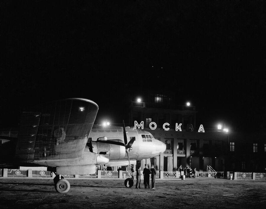Самолет у здания аэропорта Внуково в Москве
